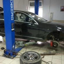 Замена амортизаторов пневмоподвески на автомобиль Mercedes W221
